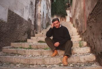 Carlos Cano al lado de su casa natal   carloscano.es