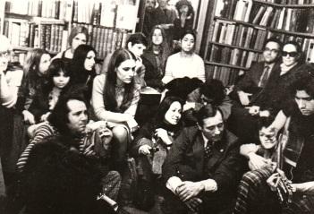 Carlos Cano el 14 de diciembre de 1976 en la librería Shakespeare and Company de París   carloscano.es