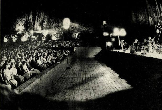 Carlos Cano en Junio de 1982, durante el concierto de Crónicas granadinas en los jardínes del Generalife | carloscano.es