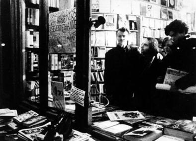 Carlos Cano y Juan de Loxa frente a la librería parisina | carloscano.es