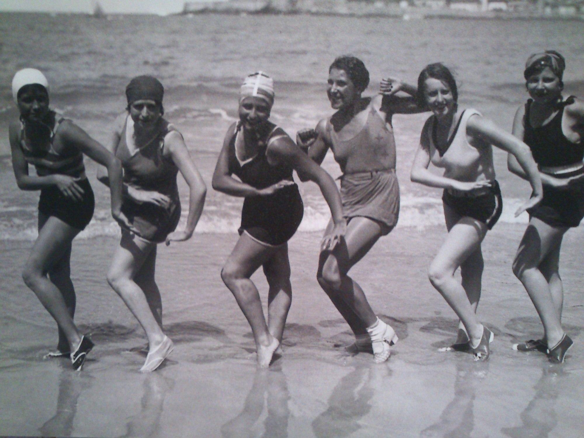 Mujeres en la playa durante los años 60   carloscano.es