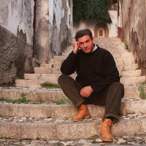 Carlos Cano frente a su cana natal en el barrio del Realejo